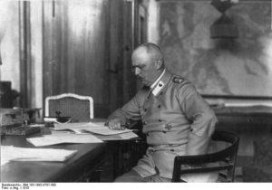 Erich Ludendorf in seinem Arbeitszimmer