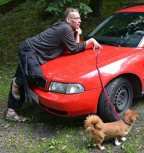 Duke, mit Auto und Hund